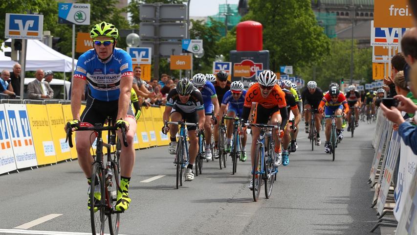 17.05.2015 --- Radsport - Altstadtrennen Nürnberg - Rund um die Nürnberger  Altstadt - Foto: Sport-/Pressefoto Wolfgang Zink / MaWi --- ....Zieleinlauf  Jedermann Rennen 70 km