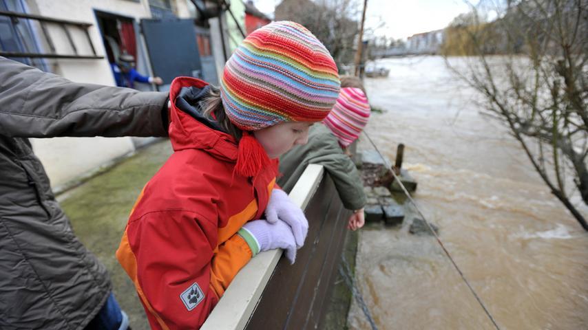 Das Hochwasser verwandelt die Rednitz in einen reißenden Fluss.