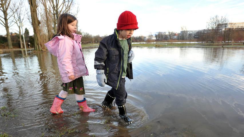 Die beiden Geschwister haben auf den überfluteten Pegnitzwiesen am Röllingersteg ihren Spaß