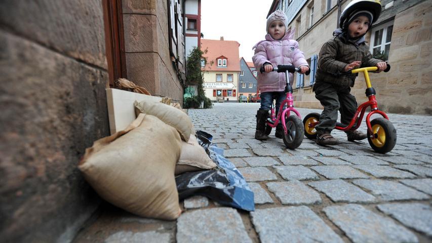 Sandsäcke schützten die Hauseingänge in der Wilhelm-Löhe-Straße