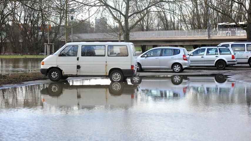 Das Hochwasser der Pegnitz reichte am Freitag bis zum Parkplatz an der Ludwigbrücke.