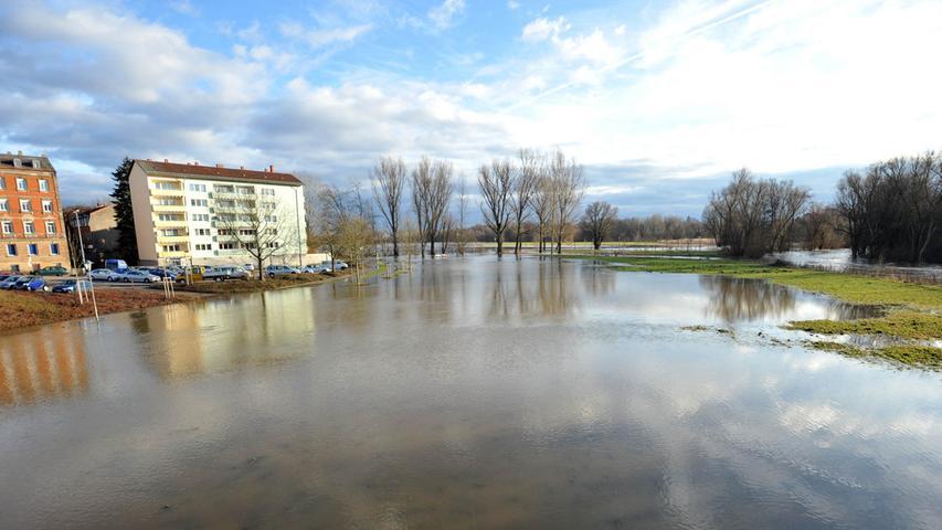 Blick von der Ludwigbrücke aufs Pegnitz-Hochwasser.
