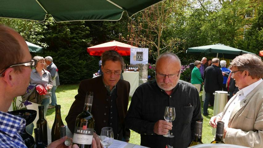 ...an denen die Gäste mit dem Proben auch die sachkundigen Informationen über den Weinan- und -ausbau genossen.