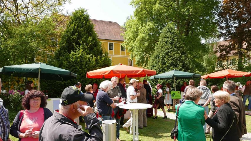 Mit einem Glas Wein durch den Park zu lustwandeln, machte die Jungweinprobe zu einem besonderen Erlebnis.