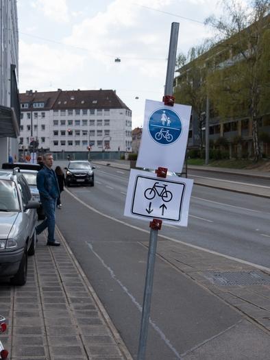 SEHR GERING AUFGELÖST!!!THEMA: Straßenbeschilderung: Radweg Allersberger  Straße..MOTIV: neue, geänderte Verkehrsführung Straße...Provisorische Schilder  :