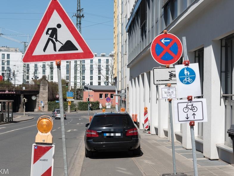 GERING AUFGELÖST!!!THEMA: Straßenbeschilderung: Radweg Allersberger  Straße..MOTIV: neue, geänderte Verkehrsführung Straße...Provisorische Schilder  :
