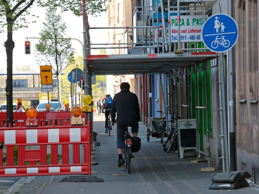 Lokales/Anzeiger..Foto: Günter Distler..Motiv: Baustellen behindern Radwege;  Radweg an der  Dürrnhofstraße.................................................................. ................................................................................ ..................................