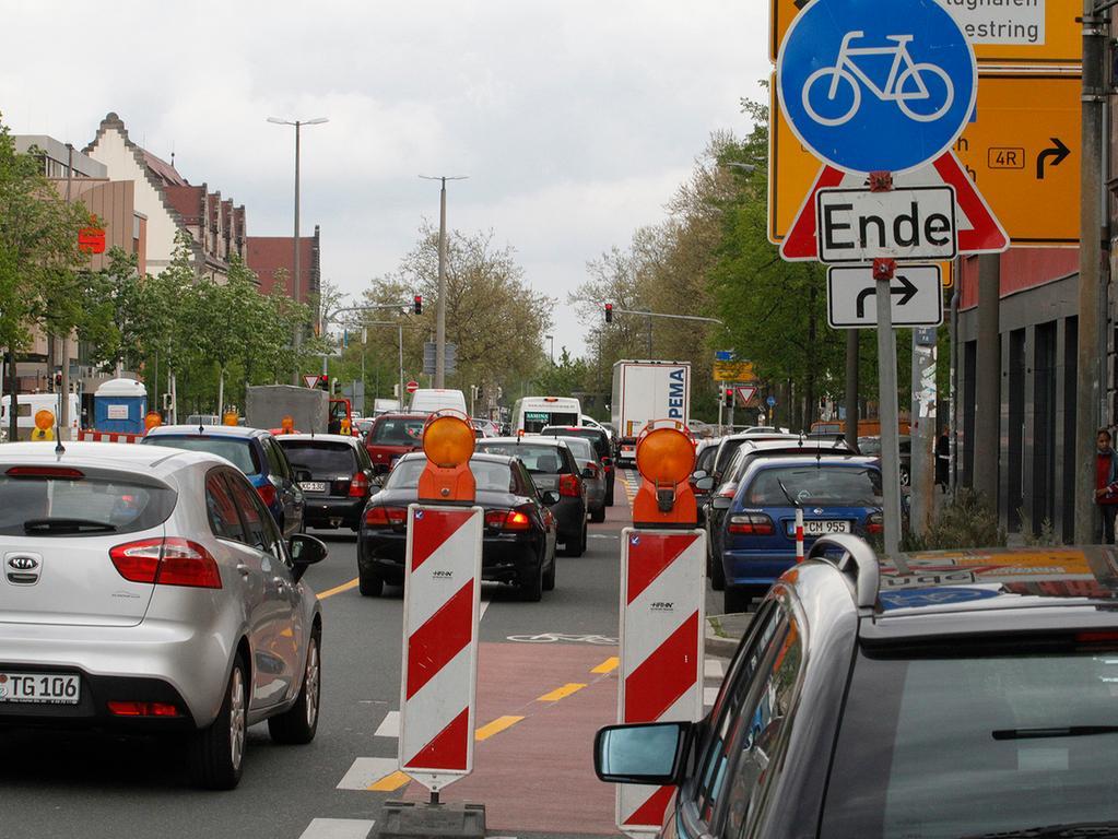 LOKALES Foto: Eduard Weigert Datum: 29.4.15..Auf der Fürther Straße zwischen  Admira-Einkaufszentrum und Kreuzung Maximilianstraße stadteinwärts ist der  Radweg auf der Fahrbahn gesperrt.