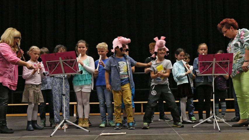 Rund 200 Schülerinnen und Schüler von fünf Schulen aus Schwabach und dem Landkreis Roth zeigten beim 29. Schulmusiktag im Mai 2015 im Gemeindezentrum Rednitzhembach was sie musikalisch drauf haben. Unser Bild: Die Flötengruppe der Christian-Maar-Schule (CMS) Schwabach begeisterte mit drei lustigen Tänzen, die von Schweinchen, Enten und Hühnern handelten.