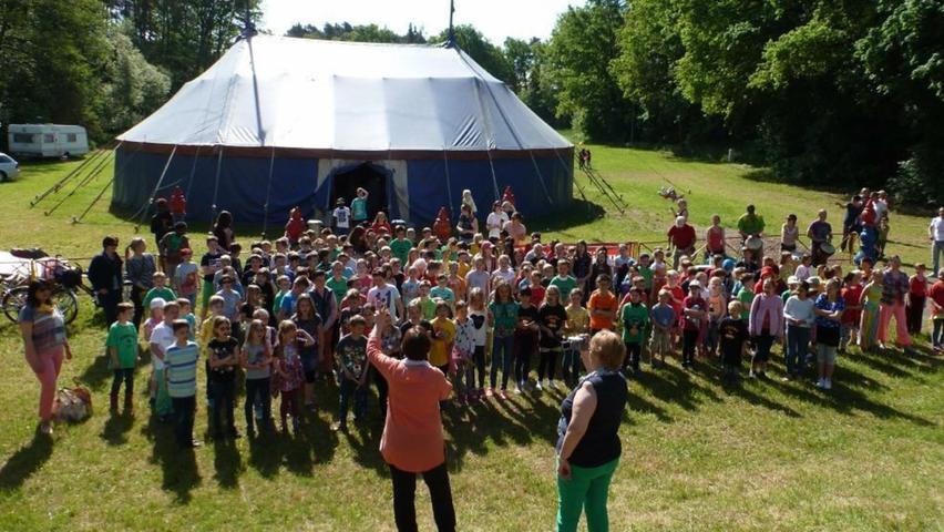 Ein Schulfest im Mai 2015 war der krönende Abschluss einer Zirkuswoche an der Grund- und Mittelschule (GMS) Rednitzhembach. Unser Bild: Die Schülerinnen und Schüler hatten viel Spaß bei der Zirkuswoche mit dem Kindermitmachzirkus Aron. Gemeinsam haben sie ein Zirkuslied intoniert.