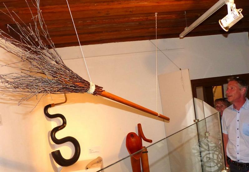 Musikinstrument auf den zweiten Blick: Kein Reisigbesen, sondern ein Alphorn.