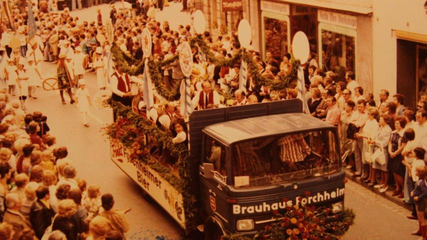Diese historische Aufnahme aus dem Forchheimer Stadtarchiv zeigt den Festumzug anlässlich des Annafests im Jahre 1975. Das Brauhaus Forchheim, dessen blauer Lkw damals noch beim Umzug mitfuhr, wurde 1994 geschlossen.