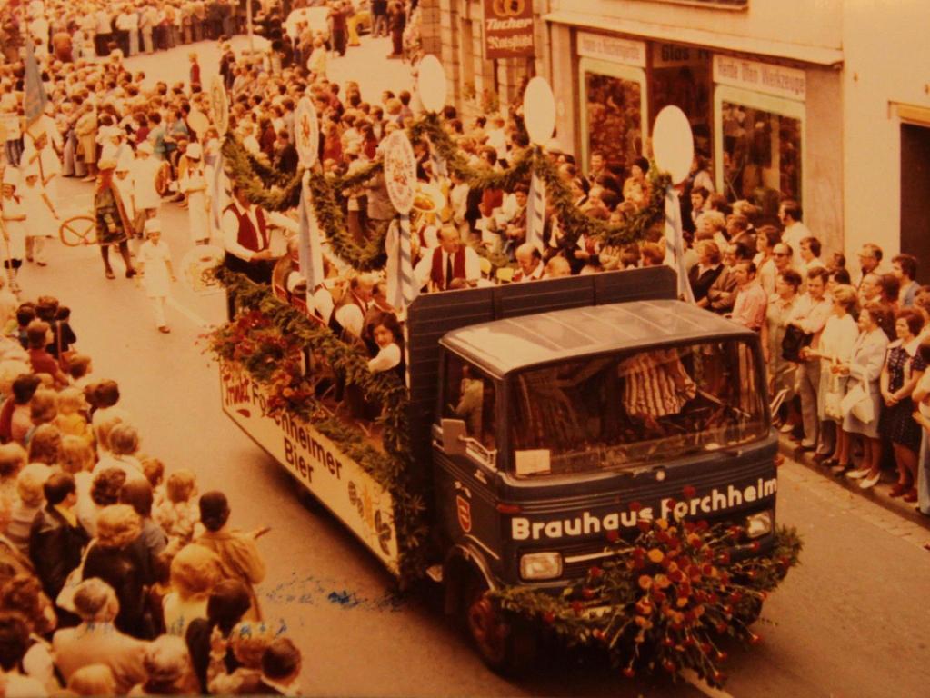 Diese historische Aufnahme aus dem Stadtarchiv zeigt den Jubiläumsumzug des Jahres 1975. Das Brauhaus Forchheim, dessen blauer Lkw damals noch mitfuhr, wurde 1994 geschlossen.