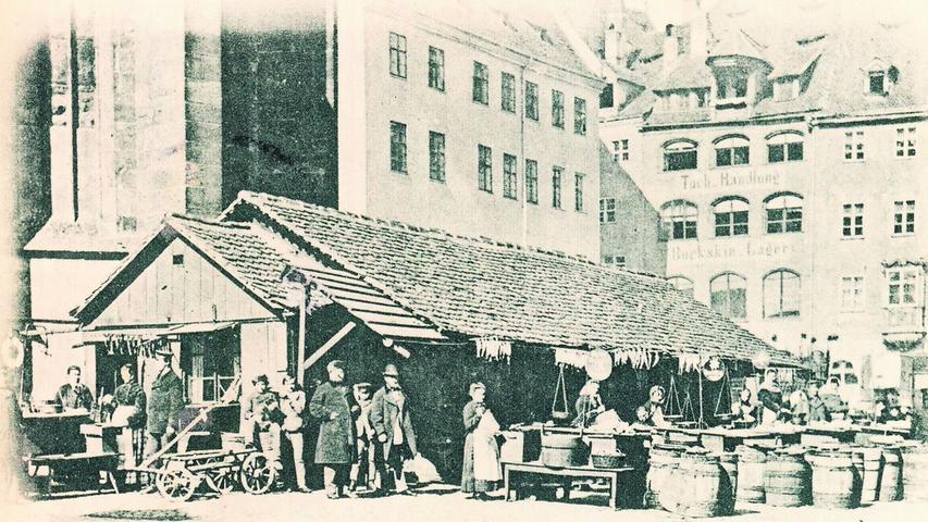 Um 1900 ist diese Postkarte hier entstanden, die uns NZ-Leser Gerhard Zwingel schickte. Einst waren Obstmarkt und Hauptmarkt gefüllt mit den unterschiedlichsten Waren. Die Märkte wurden anstelle des alten Judenviertels errichtet, das im Jahr 1349 einem Pogrom zum Opfer fiel.  Heute werden auf dem Obstmarkt keine Heringe mehr verkauft, sondern ...