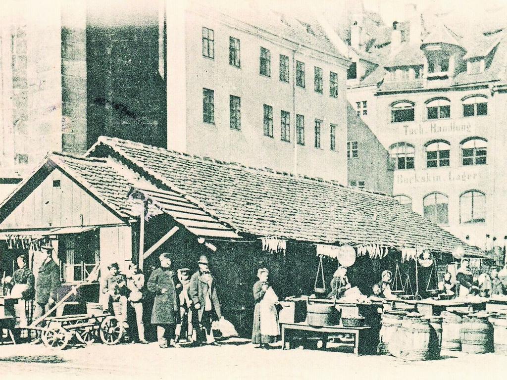 Um 1900 ist die Postkarte links entstanden, die uns NZ-Leser Gerhard Zwingel schickte. Heute werden auf dem Obstmarkt keine Heringe mehr verkauft, sondern Autos geparkt.