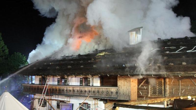 Einsatzkräfte der Feuerwehr kämpfen in bayerischen Schneizlreuth gegen die Flammen in einem Eventhotel.