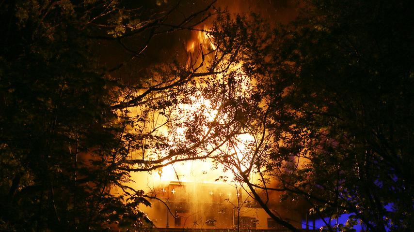 Katastrophe am Alpenrand: Sechs Leichen nach Brand gefunden