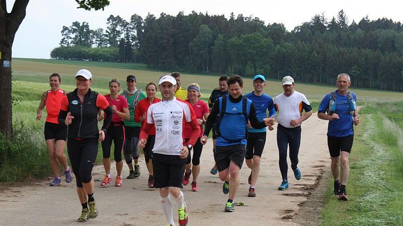 18 Trail-Runner machten sich an der Steinernen Rinne bei Wolfsbronn auf den 21 Kilometer langen Weg nach Gunzenhausen, In Spielberg schloss sich ihnen Bürgermeister Karl-Heinz Fitz (zweiter von rechts) an.