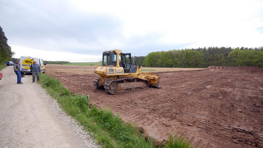 Die Arbeiten beginnen: Im Mai wird der Mutterboden an den Bauplätzen nördlich von Lonnerstadt abgeschoben. Hier: Windrad 3