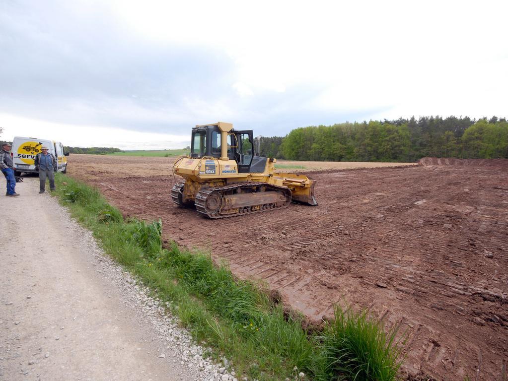 Foto: Matthias Kronau..Motiv:Mai 2015: Arbeiten für Bürgerwindräder Lonnerstadt  beginnen, Mutterboden wird weggeschoben.