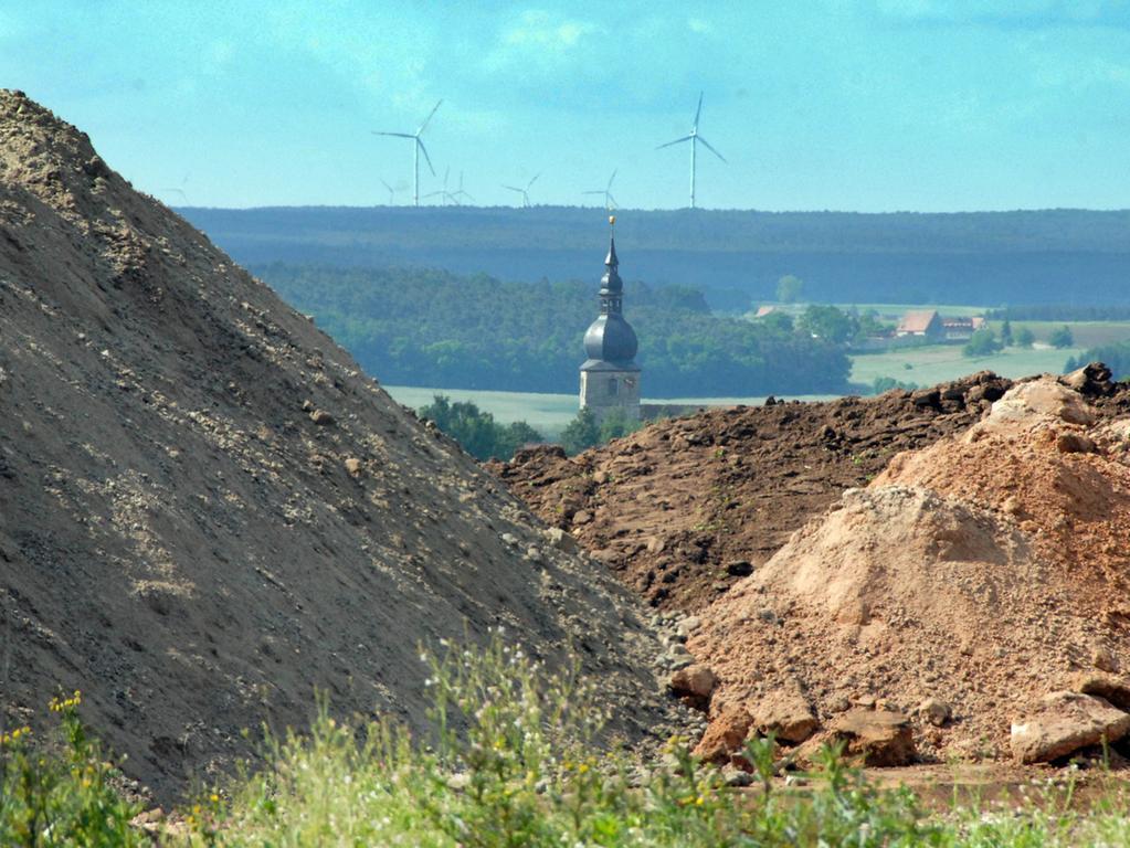 Foto: Matthias Kronau..Motiv: Bau der Windräder der Bürgerwindenergie  Lonnerstadt / Wegebau und Aushub / Mai 2015 / Baustelle WR4