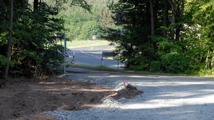 Die Lkw mit den großen Bauteilen werden über die Rastanlage Steigerwald abfahren können. Im Hintergrund ist die Betriebszufahrt zu sehen. Von dort geht es direkt auf die Flurwege, die in wenigen Abschnitte angepasst werden müssen (Vordergrund).