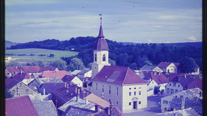 Das Bild zeigt einen BLick über die Juradächer der Altmühlstadt auf die Markgrafenkirche. Wann wurde dieses Foto aufgenommen? Hinweise bitte an redaktion@treuchtlinger-kurier.de.