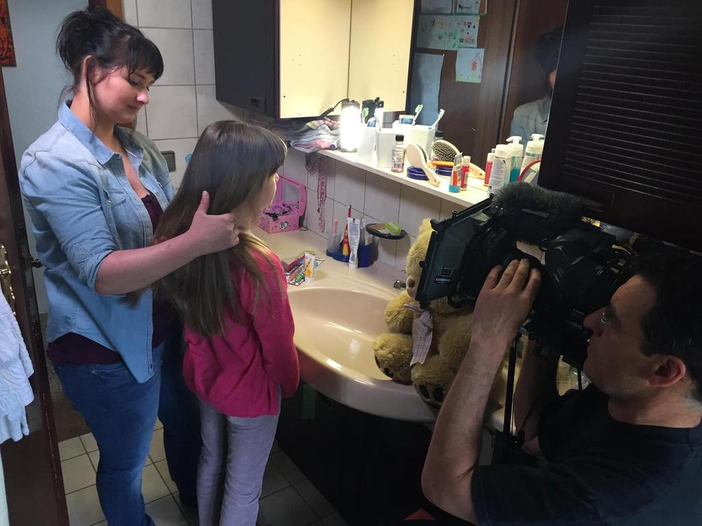 Das TV-Team filmte mit Laiendarstellern, wie sich Peggy und ihre Mutter (Melanie Fraas) morgens im Bad streiten, weil die Neunjährige nicht in die Schule will.