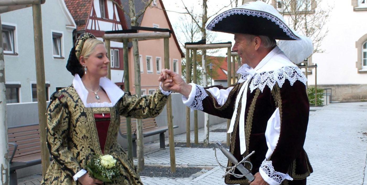 400 Jahre ist es her, dass Pfalzgraf Johann Friedrich, hier im Bild mit seiner Frau Sophie Agnes (dargestellt von Manfred Seitz und Veronique Quiring) in Hilpoltstein einzog und für Fürstenglanz sorgte. Der soll nun wieder aufleben, beim Fest im Hof der fürstlichen Residenz.
