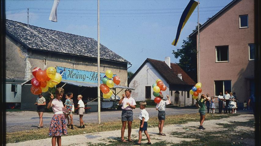 Das Bild zeigt einen Luftballon-Wettbewerb auf dem Treuchtlinger Festplatz. Wer kennt Personen auf dem Bild. Wann wurde es aufgenommen? Hinweise bitte an redaktion@treuchtlinger-kurier.de.