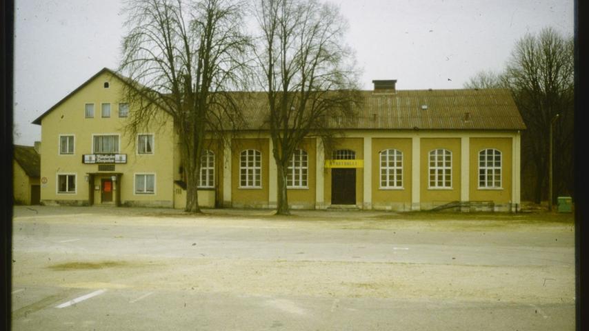 Zu diesem Bild von der Treuchtlinger Stadthalle vor der Sanierung hat uns Susanne Obermeier folgende Erinnerungen geschickt: