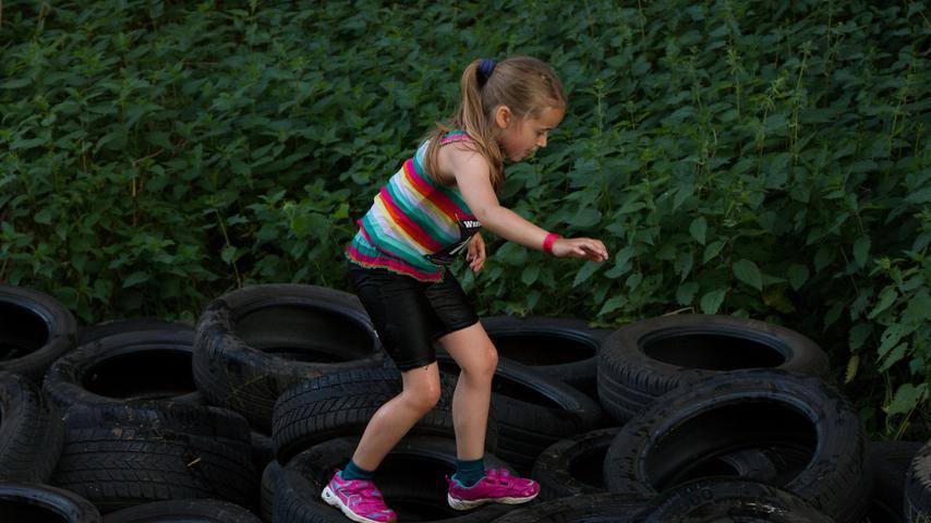 Diese junge Läuferin überwand die Reifen fast tänzerisch.