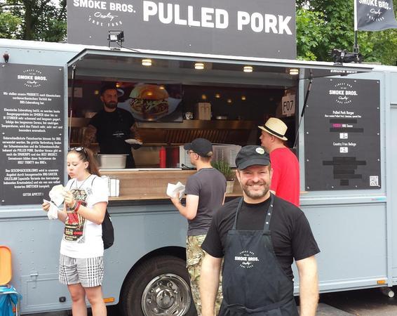 Jens Schade ist zum ersten Mal auf einem Festival. Sein Burger mit gegartem Geschnetzeltem vom Schweinenacken kommt gut an.