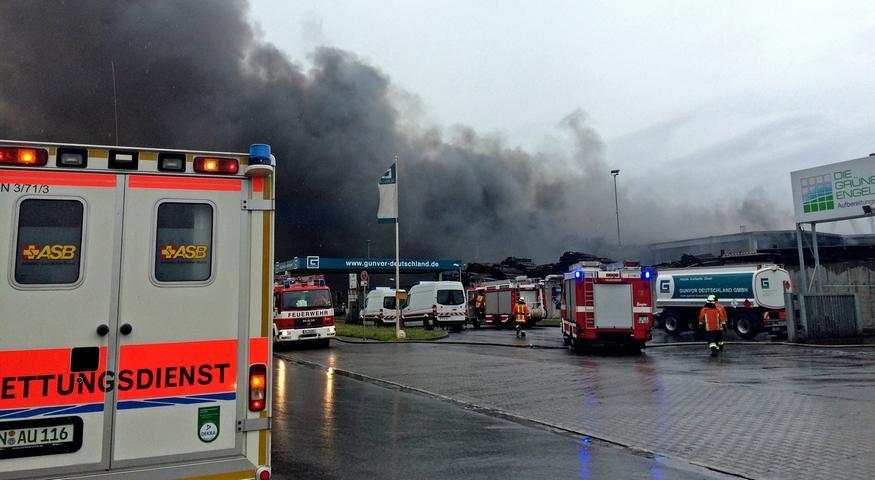 Eine Sortiermaschine war in einer der Hallen in Brand geraten, teilte Einsatzleiter Felix Schanzmann mit.