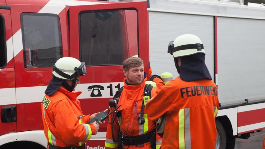 Die kompletten Wachen eins und vier sowie mehrere Freiwillige Feuerwehren trafen an der Unglücksstelle ein.