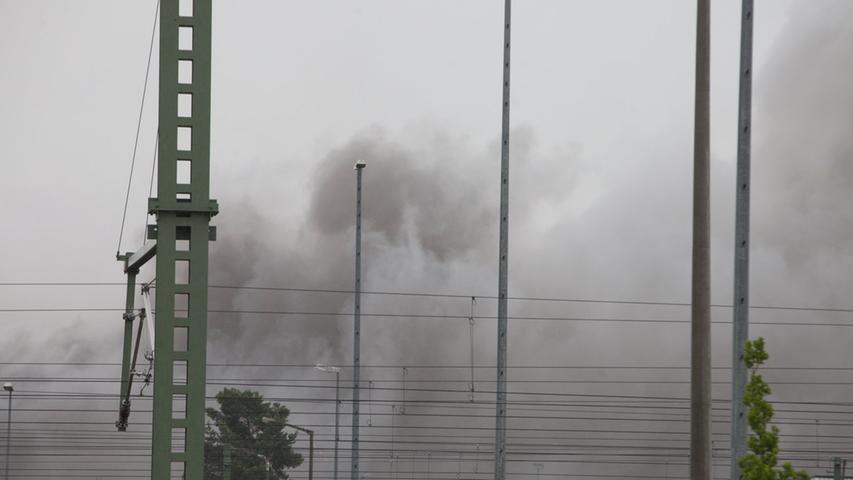 Ein Neugieriger, der in der Nähe mit seinem Handy fotografiert hatte, atmete giftigen Rauch ein und musste von den Sanitätern versorgt werden.