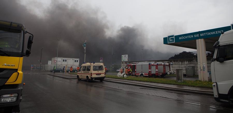Am Montagvormittag gegen halb zehn wurde die Feuerwehr über einen Brand auf dem Gelände eines Recyclingbetriebes an der Antwerpener Straße am Nürnberger Hafen informiert.