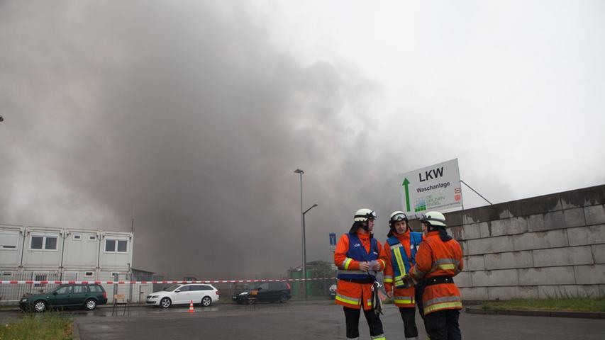 Entgegen erster Informationen ist bei dem Brand aber keine Lagerhalle eingestürzt.
