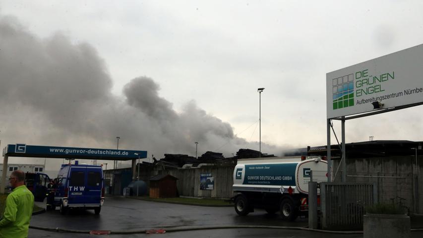 Eine dicke Rauchwolke stieg über dem Gelände auf.