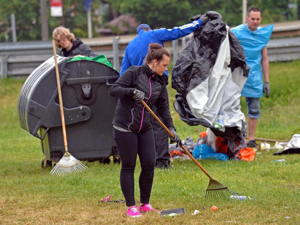DATUM: 08.06.2015..RESSORT: Lokales Online..FOTO: Horst Linke ..MOTIV: Die  Hinterlassenschaften der Rock-im-Park-Besucher..Studentische Aufräumer am  Werk....