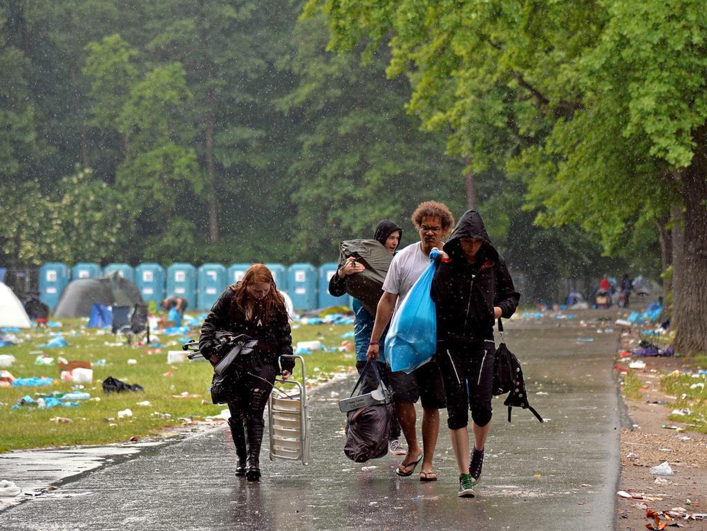 DATUM: 08.06.2015..RESSORT: Lokales Online..FOTO: Horst Linke ..MOTIV: Die  Hinterlassenschaften der Rock-im-Park-Besucher..Es freuen sich: die Müll- und  Flaschensammler..Letzte Besucher reisen ab...
