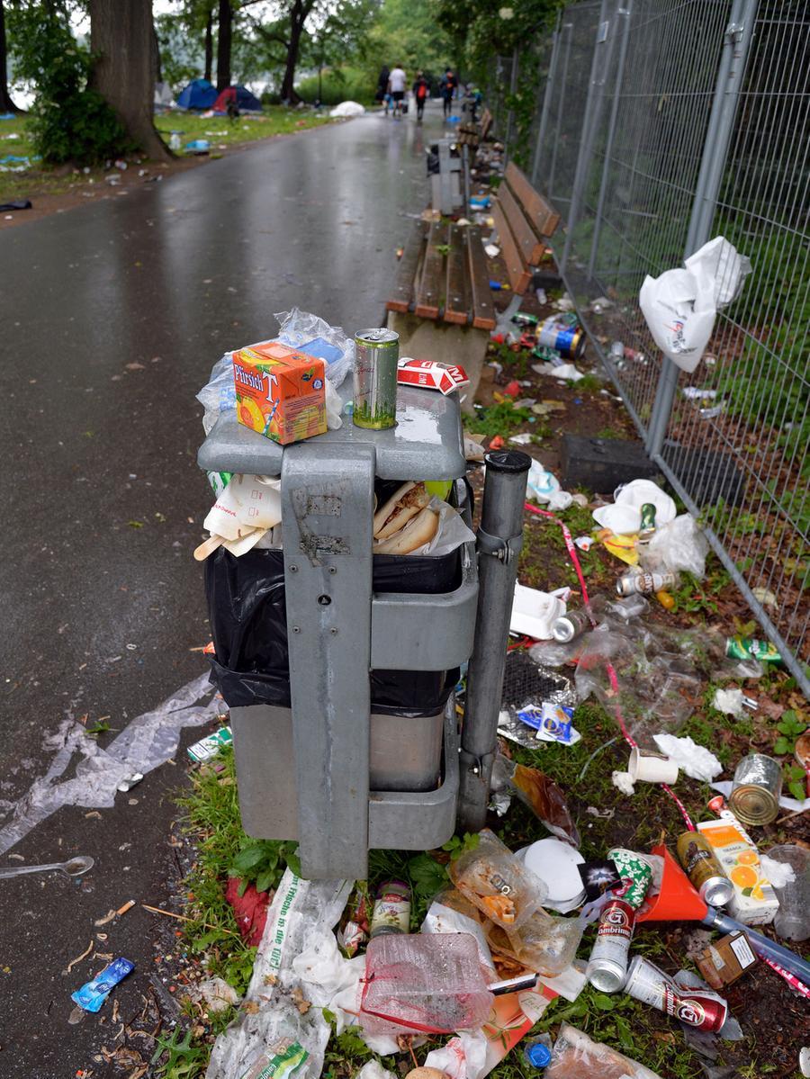 DATUM: 08.06.2015..RESSORT: Lokales Online..FOTO: Horst Linke ..MOTIV: Die  Hinterlassenschaften der Rock-im-Park-Besucher..Es freuen sich: die Müll- und  Flaschensammler..