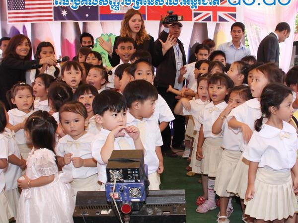 Das Bild zeigt Debora inmitten ihrer Schützlinge bei der Jahresabschlussfeier der Schule