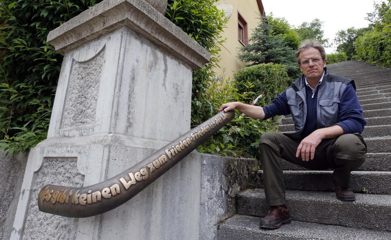 """""""Es gibt keinen Weg zum Frieden — Frieden ist der Weg"""": Der Künstler Wolfram von Bieren hat auf eine der zwei Bronze-Tafeln am Aufgang zum Gräfenberger Kriegerdenkmal einen Spruch von Mahatma Gandhi angebracht."""