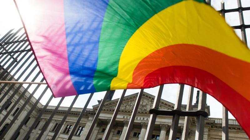 Nach Zahlen des Landeskriminalamts (LKA) wurden heuer bis Anfang Dezember schon 26 Straftaten gegen die sexuelle Orientierung im Freistaat registriert.