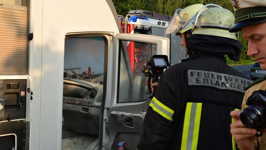 Ein Wohnmobil hat am Freitagmorgen plötzlich angefangen zu brennen. Der Fahrer  konnte zwar mit einem Pulverlöscher Schlimmeres verhindern, so dass die  alarmierte Feuerwehr nur noch nachlöschen musste. Jedoch ist der Schaden auch  durch das Löschpulver erheblich..Foto: Klaus-Dieter Schreiter