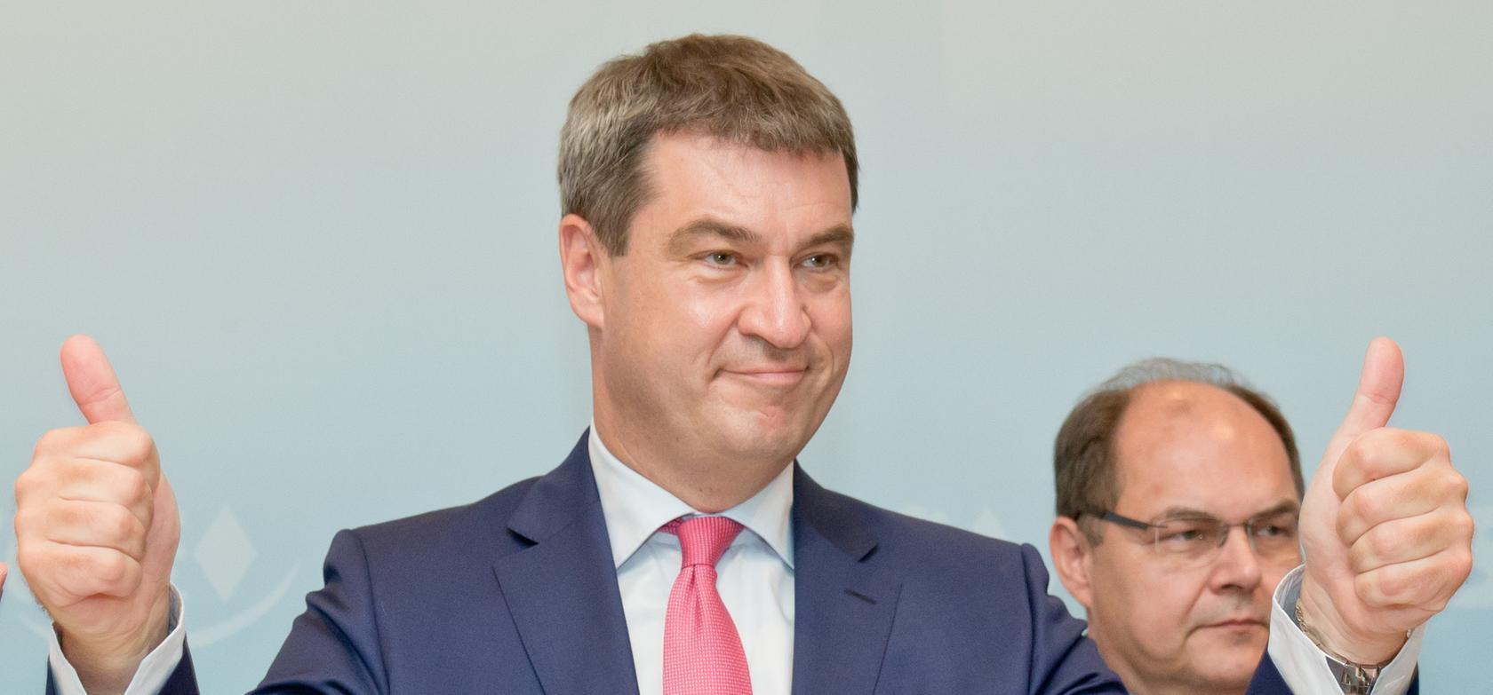 Daumen hoch: Markus Söder nach seiner Wiederwahl.