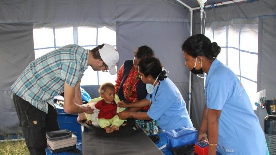 Der Chirurg Michael Dykta baut vor Ort auf die Hilfe von zwei indischen Krankenschwestern.