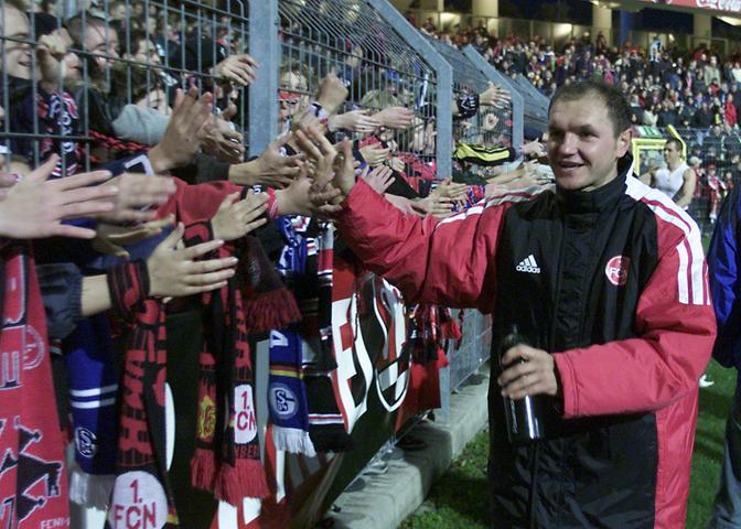 Apropos 2002! Am 14. September markiert Club-Kanonier Sasa Ciric - von den Fans dazu mit einer wunderbaren Choreo aufgefordert - den 1000. Bundesliga-Treffer des FCN. Im Heimspiel gegen die Bayern. In der 36. Minute bedeutet die Glocke von Nürnbergs Lieblingsmazedonier, der Münchens Schlussmann aus elf Metern verlädt, das zwischenzeitliche 1:1.