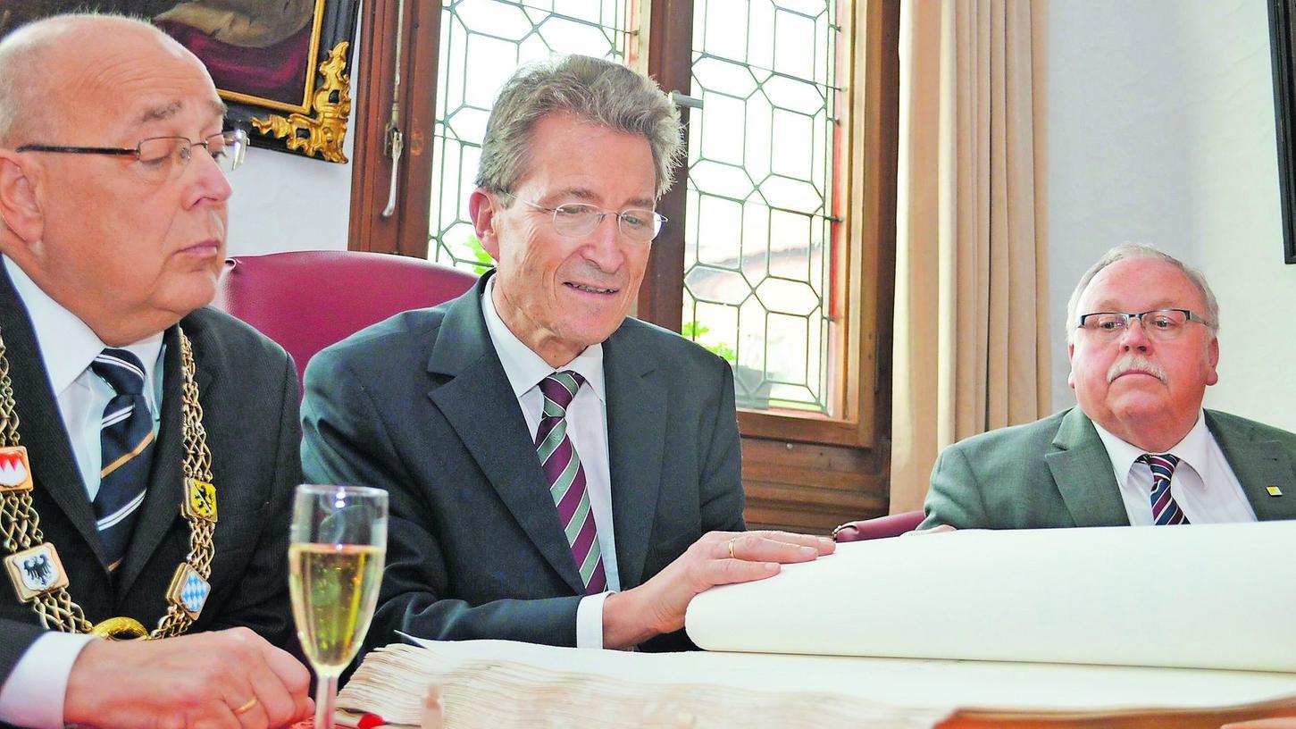 Blätterten gemeinsam im Goldenen Buch der Stadt Forchheim: Oberbürgermeister Franz Stumpf, der Ehrengast Wolfgang Huber und 2. Bürgermeister Franz Streit (v. li.).